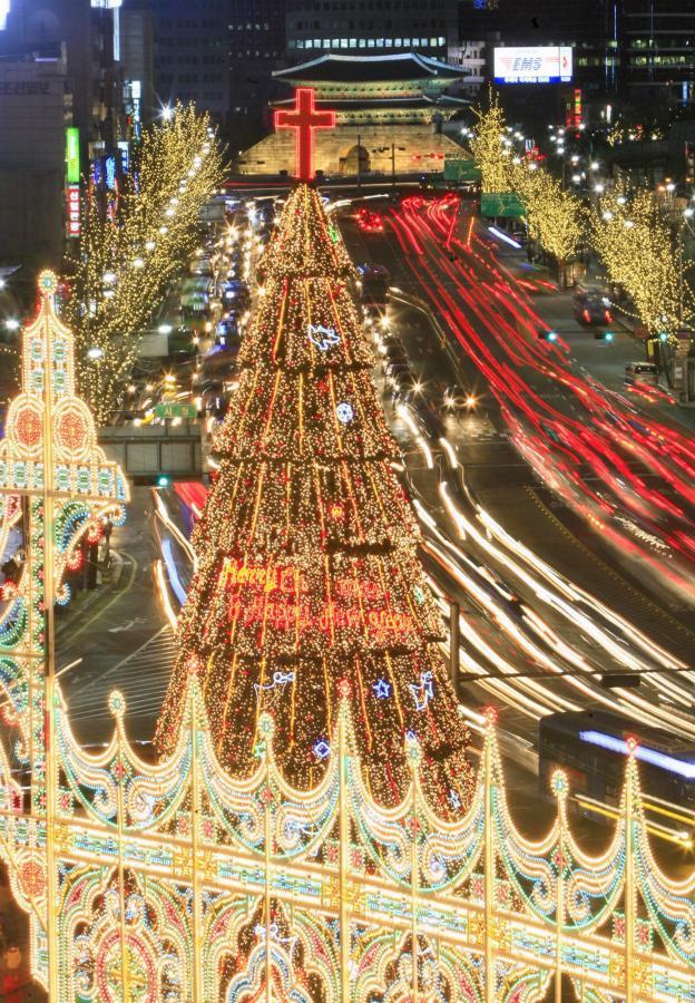 W Seulu święta na całego. Koreańczycy nie oszczędzają prądu - oprócz choinki podświetlili całą okolicę
