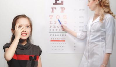 Okulista bada wzrok dziecku