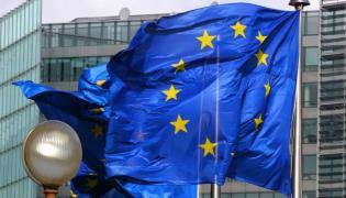 Flaga Unii powiewająca w Brukseli