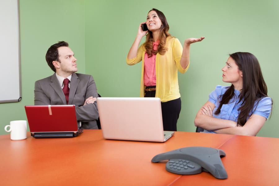 Kobieta przeszkadzająca w spotkaniu służbowym