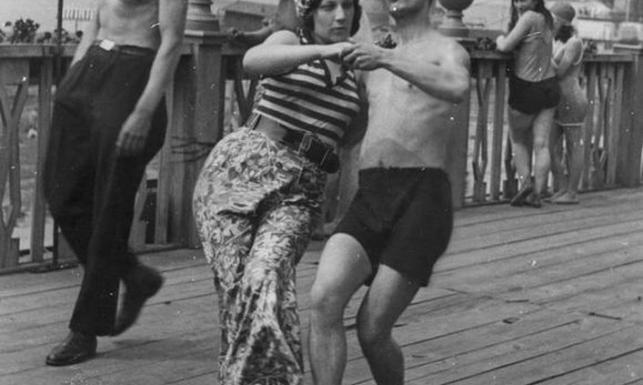 Potańcówki, przytulanki... Warszawiacy przed wojną plażowali z fasonem. ARCHIWALNE ZDJĘCIA
