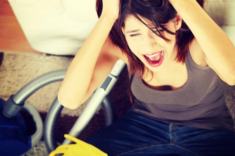 Kobieta zdenerwowana sprzątaniem