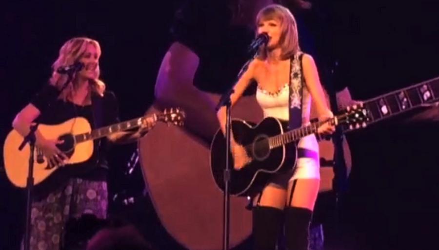 Taylor Swift i Lisa Kudrow razem na scenie