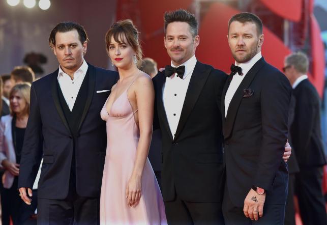 "Johnny Depp, Dakota Johnson, reżyser Scott Cooper i Joel Edgerton na premierze ""Paktu z diabłem"""