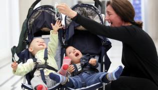 60-letnia matka bliźniąt, aktorka Barbara Sienkiewicz z dziećmi w Sejmie