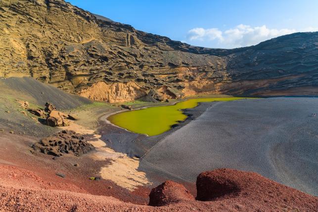 Jezioro Charco de los Clicos w kraterze El Golfo, Lanzarote, Wyspy Kanaryjskie