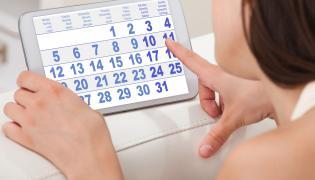 Kobieta patrzy na kalendarz