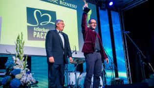 Ks. Jacek Stryczek ze statuetką (Fot.  MM Conferences Polska)