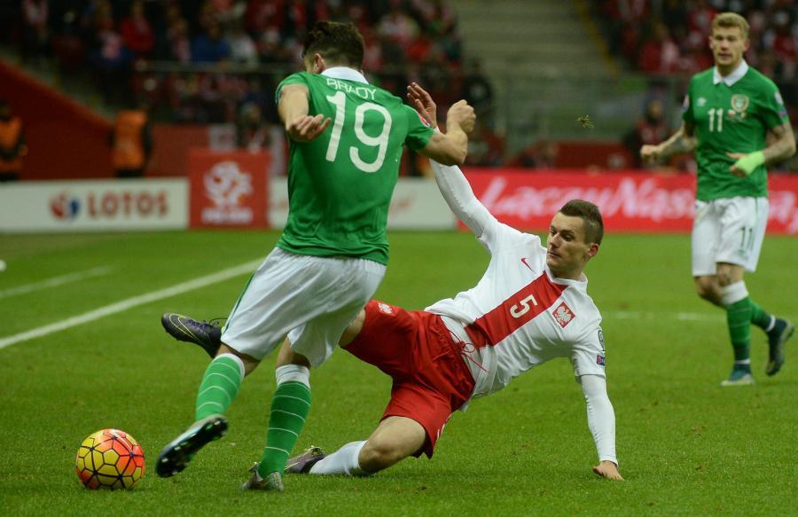 Krzysztof Mączyński (P) i Robbie Brady (L) z Irlandii w meczu grupy D eliminacji piłkarskich mistrzostw Europy 2016 na PGE Stadionie Narodowym w Warszawie