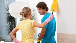 Para sprzątająca mieszkanie