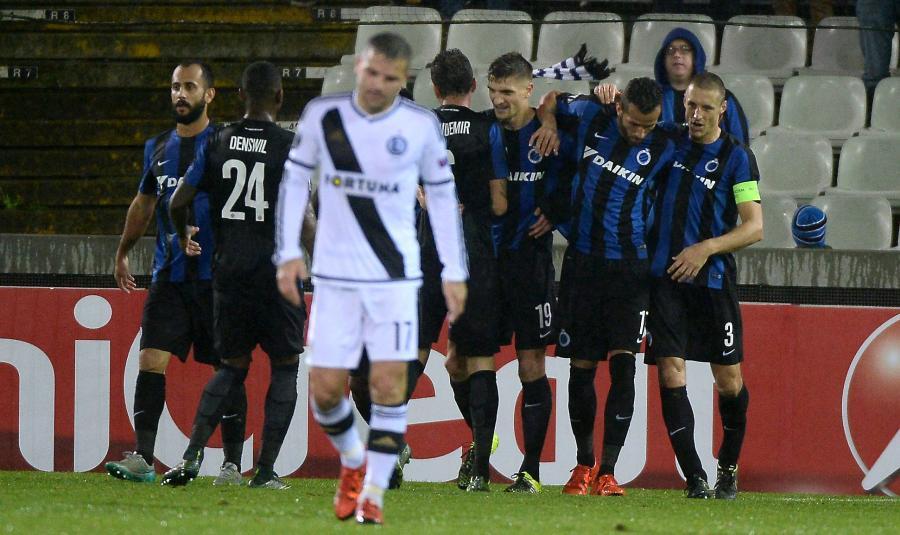 Piłkarze FC Brugge cieszą się z gola Thomasa Meuniera (C-tył) podczas meczu grupy D Ligi Europejskiej z Legią Warszawa
