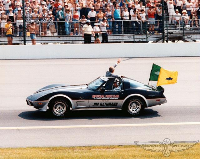 Malowanie karoserii oddaje hołd wydarzeniu z 1978 roku - wtedy pierwsza corvette wyjechała na tor w charakterze auta bezpieczeństwa.