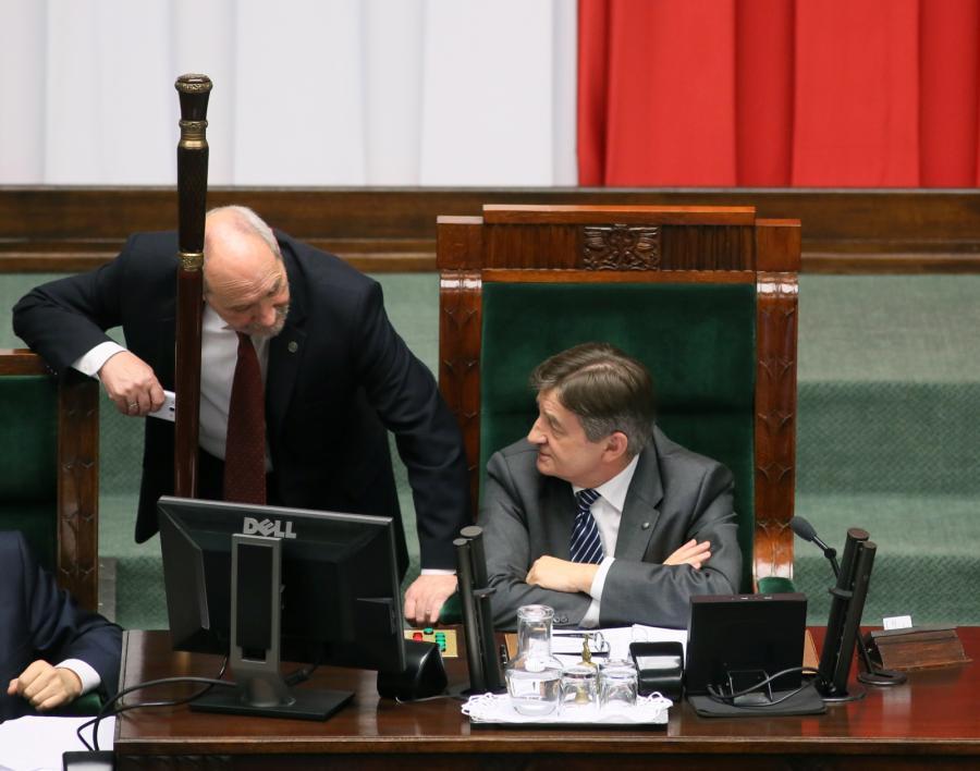 Marszałek Sejmu Marek Kuchciński i minister obrony narodowej Antoni Macierewicz podczas wieczornego bloku głosowań