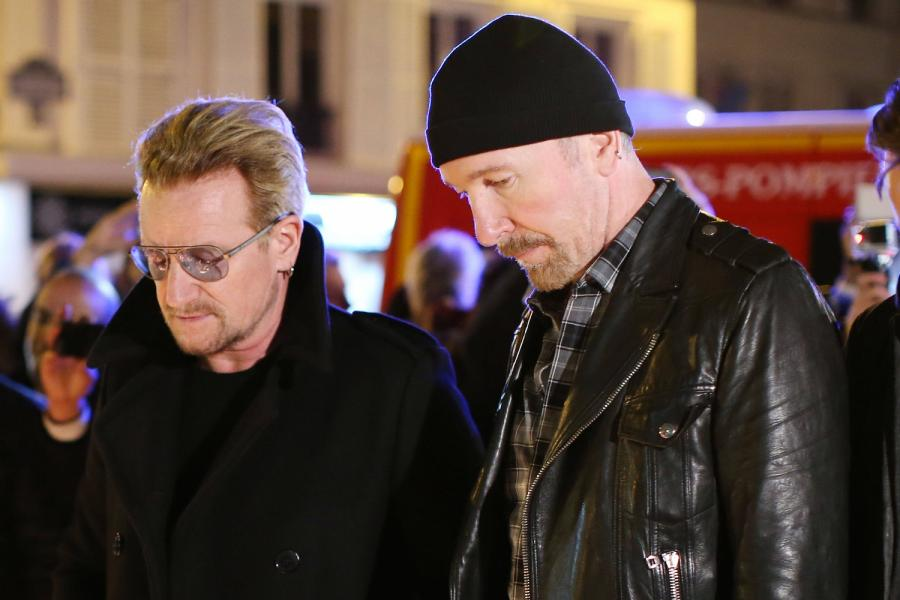 Bono i The Edge przed klubem Bataclan w Paryżu