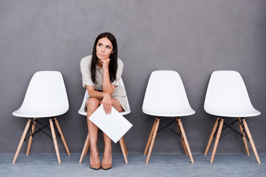 Kobieta oczekująca na rozmowę kwalifikacyjną