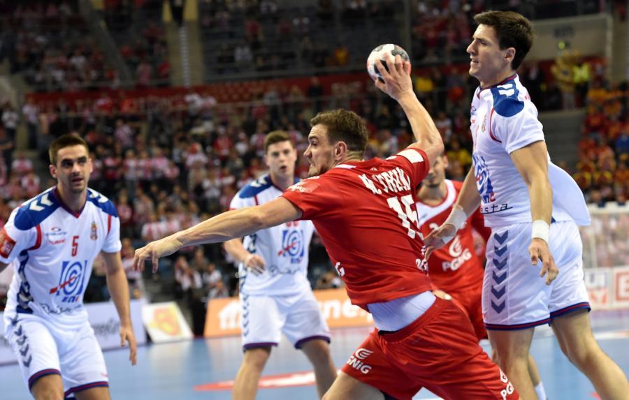 Michał Jurecki (C) i Serb Nemanja Zelenovic (P) podczas meczu grupy A mistrzostw Europy piłkarzy ręcznych w Krakowie