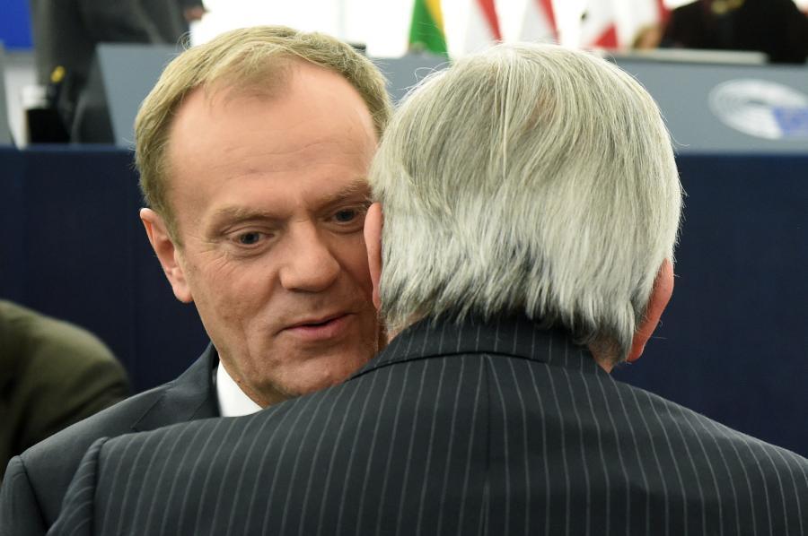 Przewodniczący Rady Europejskiej Donald Tusk i szef Komisji Europejskiej Jean-Claude Juncker podczas posiedzenia Parlamentu Europejskiego w Strasburgu