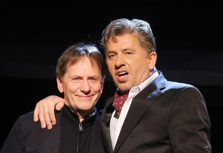 Janusz Józefowicz i Maciej Robakiewicz na scenie po jubileuszowym spektaklu