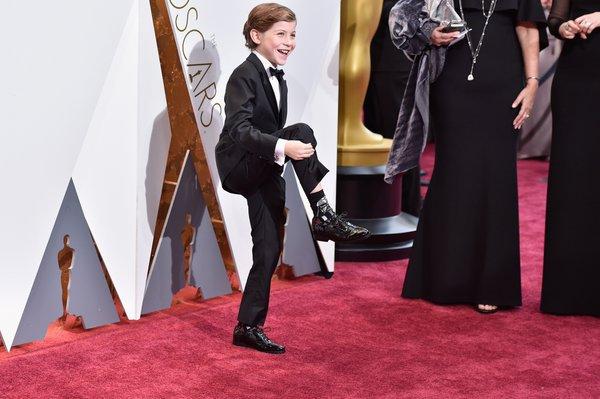 """Jedno z najsłodszych zdjęć tegorocznych Oscarów – Jacob Tremblay pokazuje, że na galę, poza eleganckim garniturem, założył skarpetki z """"Gwiezdnymi wojnami"""""""
