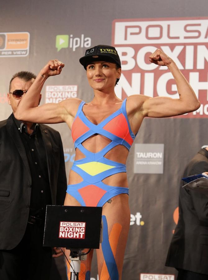 Ewa Brodnicka, podczas oficjalnego ważenia przed walką z Włoszką Anitą Torti