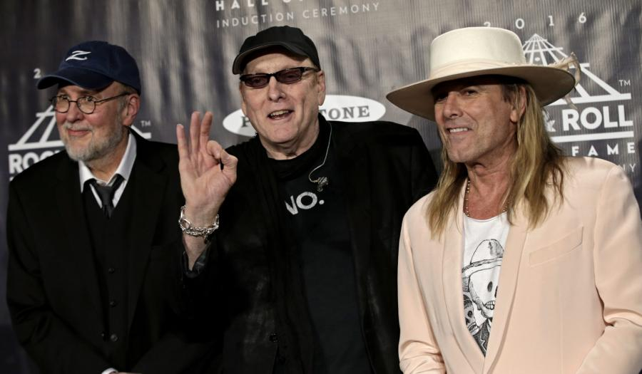 Muzycy Cheap Trick: Bun E. Carlos, Rick Nielsen i Robin Zander podczas ceremonii wprowadzenia do Rock and Roll Hall of Fame