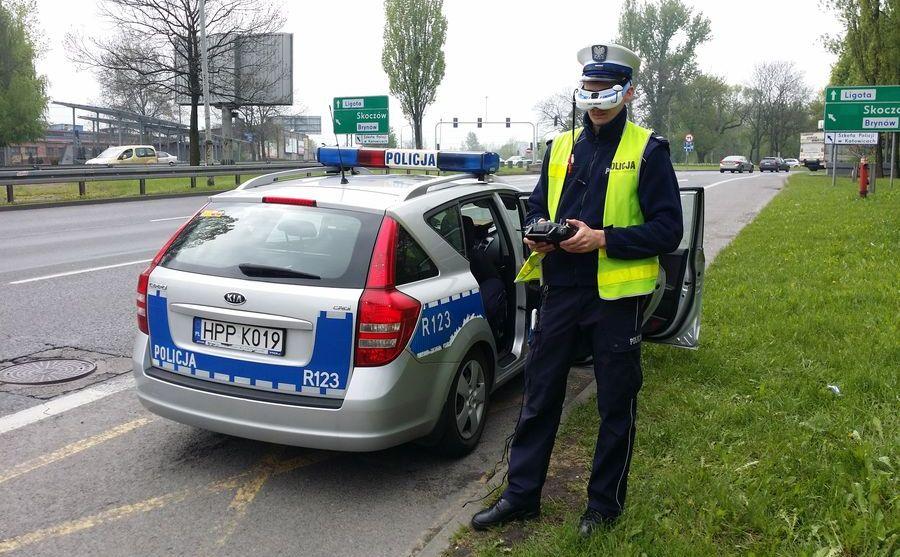 Policjant obsługuje drona