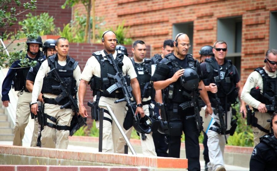 Policjanci na uniwersytecie w Los Angeles po strzelaninie