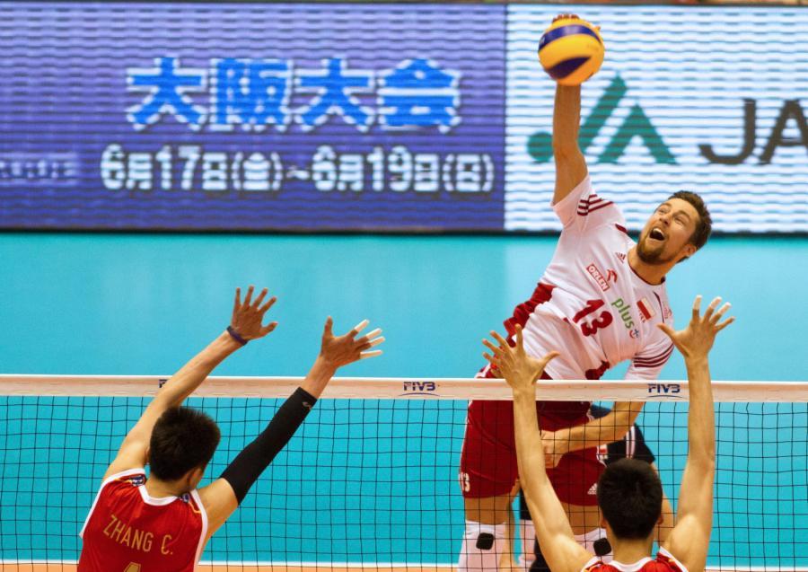 Michał Kubiak (C) oraz chińczycy Chen Zhang (L) i Xin Geng (P) w trakcie meczu Polska - Chiny