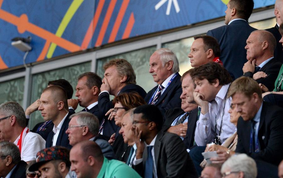 Prezydent Andrzej Duda (2P-góra), prezes PZPN Zbigniew Boniek (3L) i wiceprezes PZPN Marek Koźmiński (2L) podczas meczu grupy C piłkarskich mistrzostw Europy: Polska - Irlandia