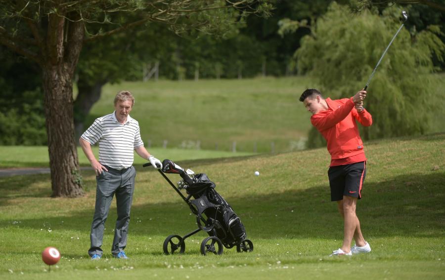 Napastnik piłkarskiej reprezentacji Polski Mariusz Stępiński (P) i prezes PZPN Zbigniew Boniek (L) podczas gry w golfa we francuskim La Baule