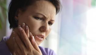 Kobietę boli ząb