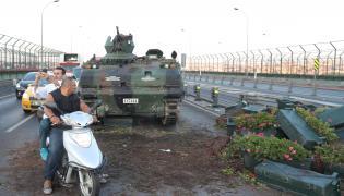 Transportery opancerzone na ulicach Stambułu