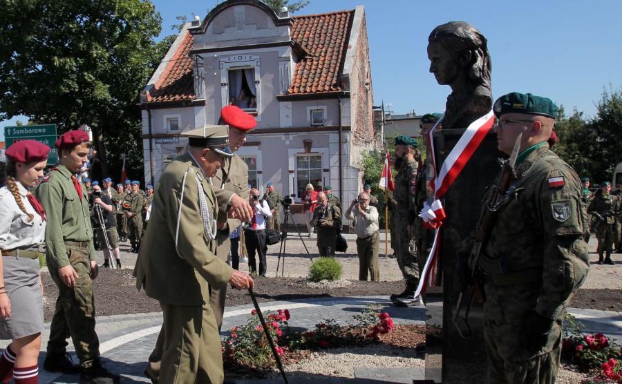 """Jeden z pierwszych żołnierzy majora Łupaszki, Józef Rusak (C front) podczas uroczystości odsłonięcia, 27 bm. w Miłomłynie pomnika Danuty Siedzikówny, ps. """"Inka"""""""