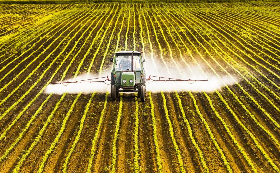 Traktor rozpyla nawóz