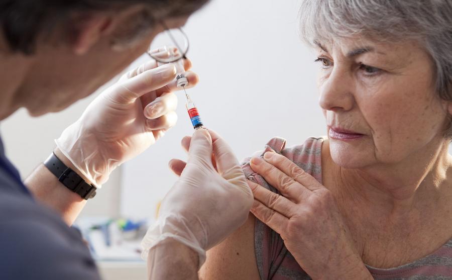 Starsza kobieta ma szczepionkę