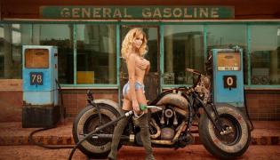 Monika Ordowska i motocykl o nazwie Cheyenne Bike The Recidivist (maszynę stworzyli specjaliści z Game Over Cycles; motocykl jest cały w tatuażach)