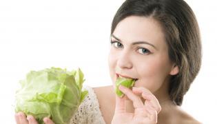 Kobieta jedząca kapustę
