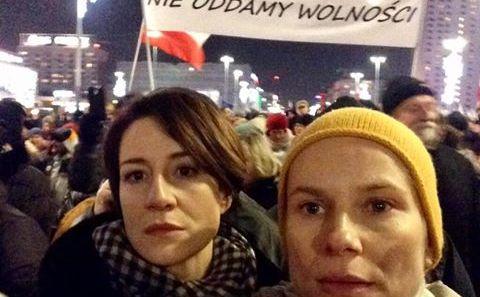 Maja Ostaszewska i Magdalena Cielecka na marszu KOD