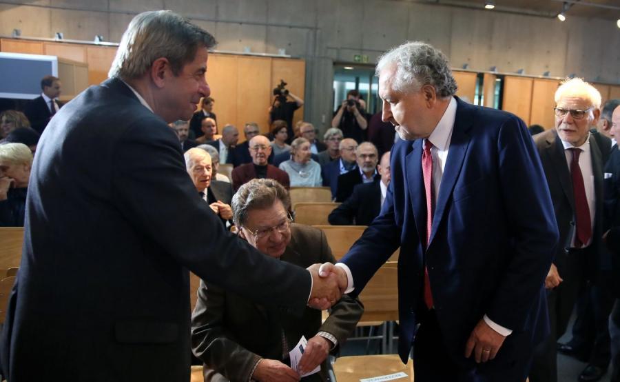 Prof. Andrzej Zoll wita się z prof. Andrzejem Rzeplińskim