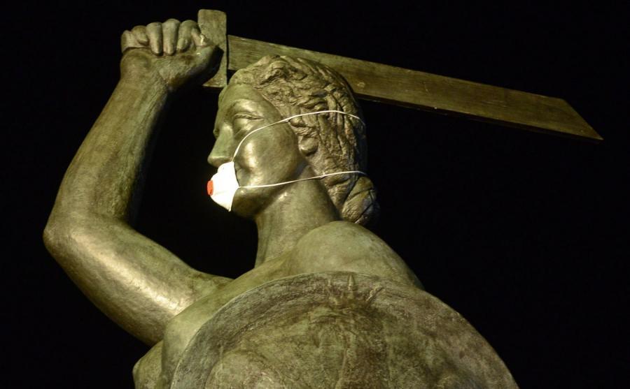 Maska przeciwsmogowa na pomniku Serenki na warszawskim Powiślu