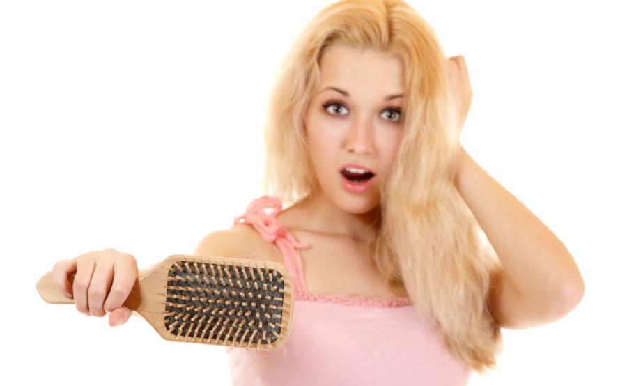 Kobieta gubi włosy