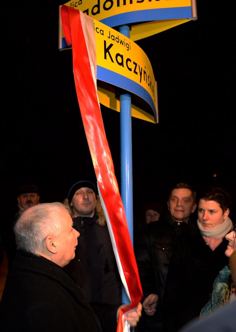 Jarosław Kaczyński odsłania tablicę z nazwą ulicy