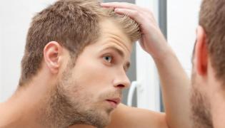 Mężczyzna ogląda fryzurę
