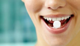Tabletka między zębami