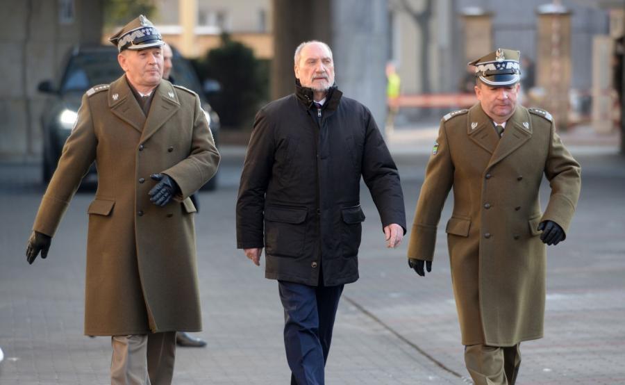 Antoni Macierewicz (w środku)