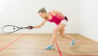 Kobieta grająca w squasha