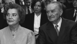 Były premier PRL Piotr Jaroszewicz z żoną Alicją Solską na promocji książki Edwarda Gierka