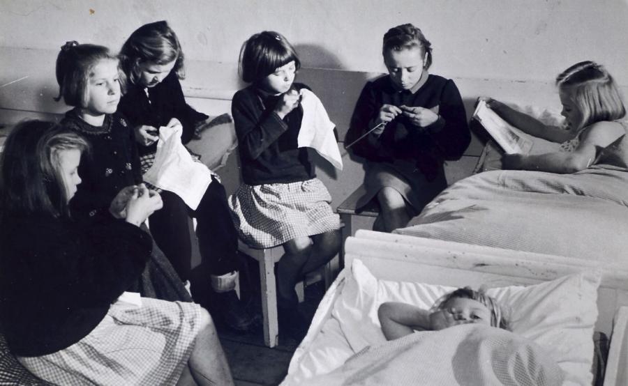 dzieci w klasztorze w Indsdorf / archiwum rodzinne Janusza Karpuka / zdjęcie z książki \