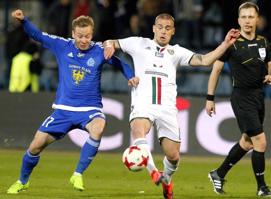 Piłkarz Ruchu Chorzów Maciej Urbańczyk (L) i Aleksandar Kovacevic (P) ze Śląska Wrocław