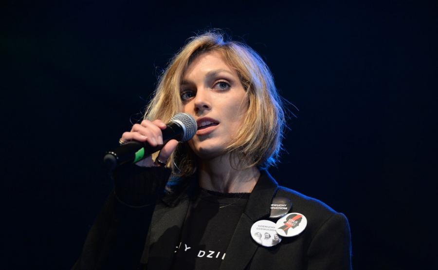 Modelka Anja Rubik na scenie podczas Międzynarodowego Strajku Kobiet w Dzień Kobiet w Warszawie